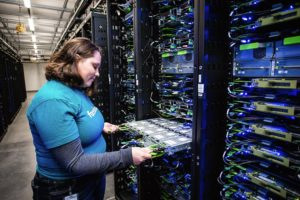 funcionária do Facebook dentro do Data Center