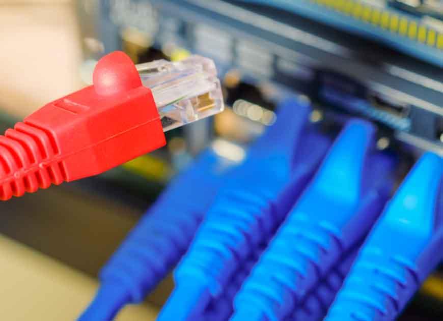 cabo vermelho perto de cabos azuis conectados