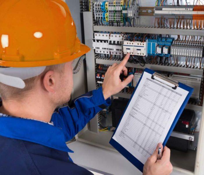 engenheiro fazendo laudo elétrico